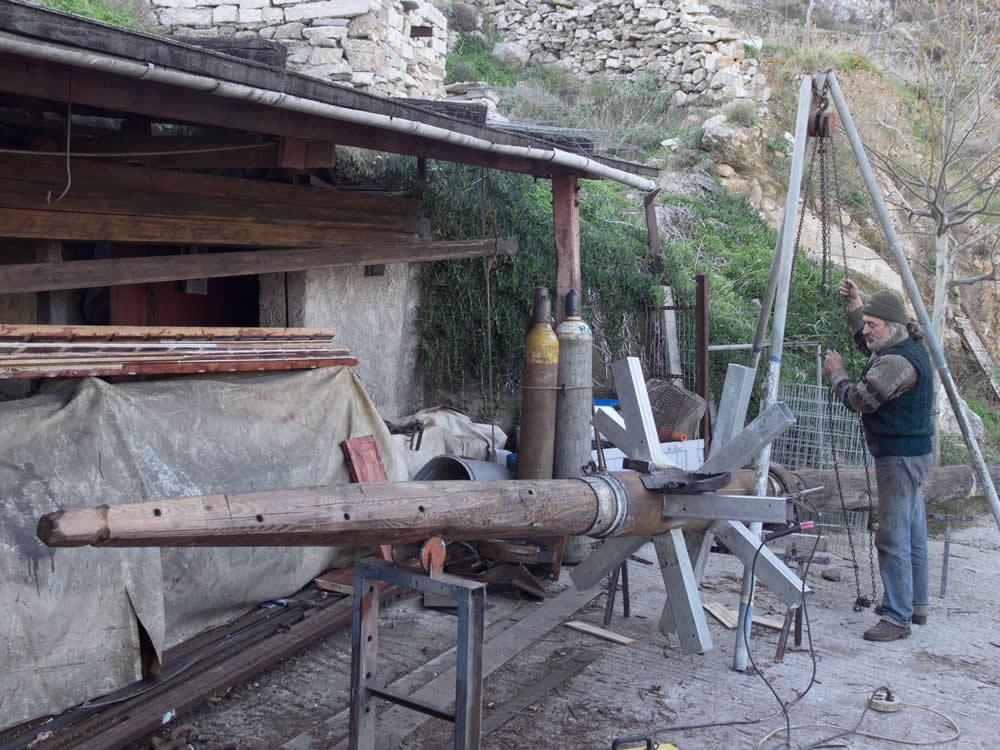 Ανακατασκευή κινητικών μερών και μερών περιστροφής τού ανεμόμυλου στην Τήνο από το Δημήτρη Χατζή