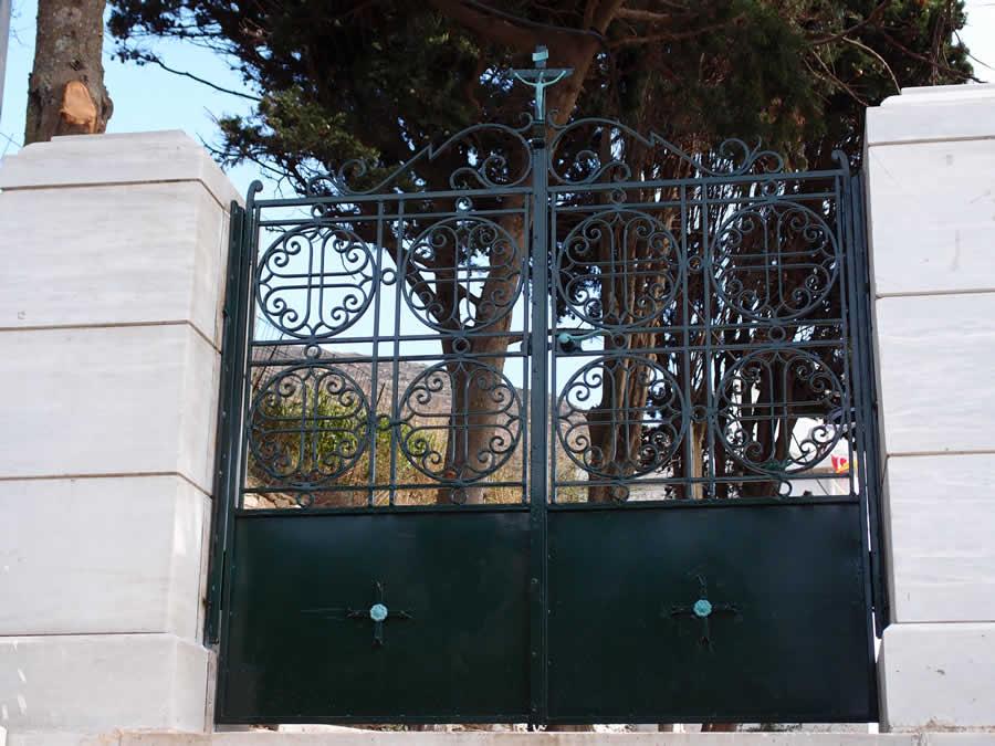 Κατασκευές και ανακατασκευές σιδερένιων εκκλησιαστικών θυρών-πορτών. Δημήτρης Χατζής, Πύργος, Τήνος